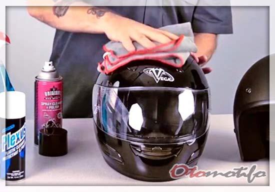 Membersihkan Bagian Luar Helm.