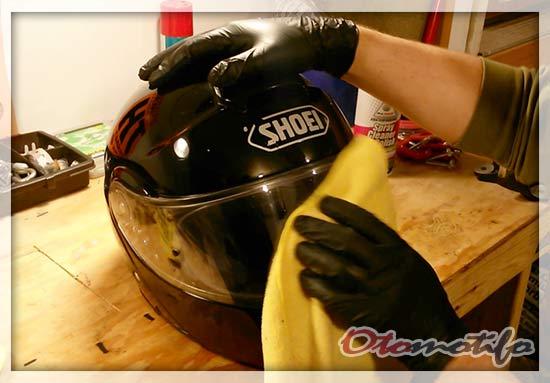 Membersihkan Kaca Helm